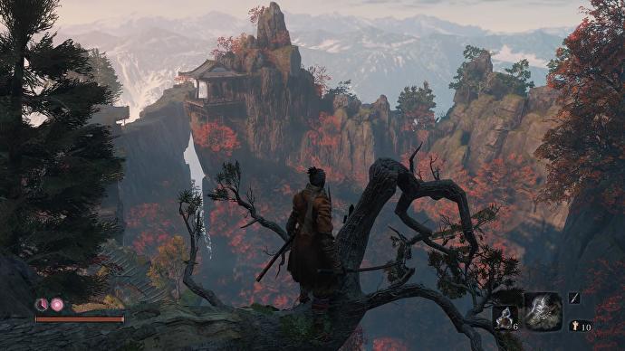 Sekiro domina un inquietante valle desde la copa de un árbol