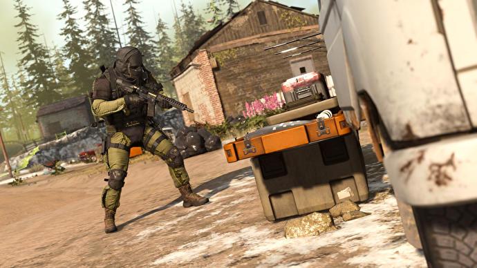 Un personaje de Warzone usando una estación de compra
